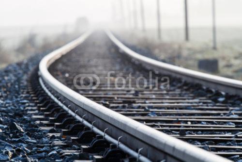 Bild auf Poster   Einspurige Bahnlinie im Morgennebel