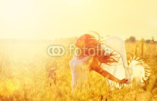 Bild auf Poster   Teenage model Mädchen in Weiß dress running on the spring field